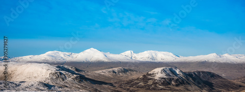 Photo Autumn landscape in the mountains of Scotland with the first snow - Shee of Ardt