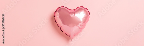 Photographie Pink air balloon heart shape on a pink background