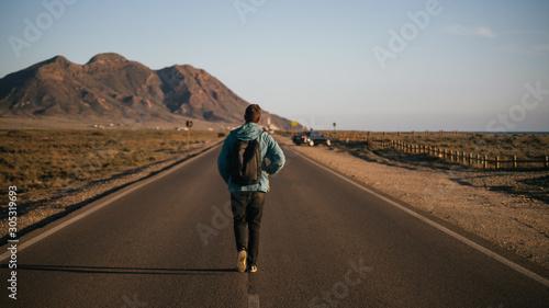 Persona andando en una carretera hacia la montaña Canvas Print