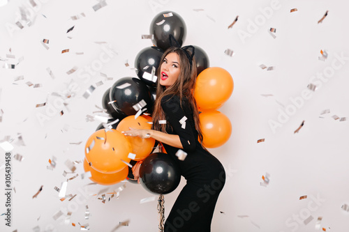 Fotografía  Blissful caucasian woman with brown hair dancing at party