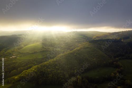 Fotografiet Rayons de soleil levant matin sous les nuages en contre jour en campagne ardèche