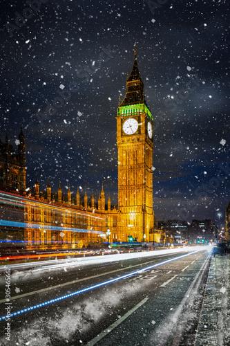 Der beleuchtete Big Ben Turm und Westminster Palast in London im Winter mit Schn Wallpaper Mural