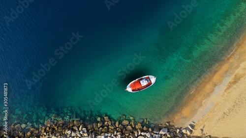 Powietrzna truteń fotografia tradycyjna drewniana łódź rybacka w starym porcie Mykonos wyspa, Cyclades, Grecja