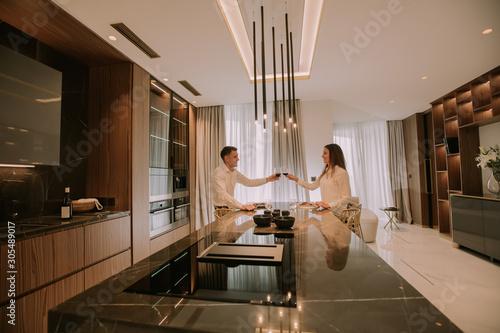 Fotografia Sweet couple having a romantic dinner at luxury kitchen