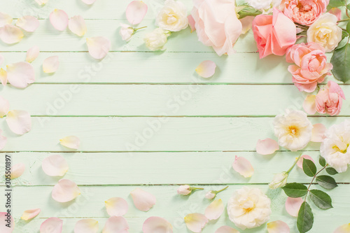 Obraz pink and white roses on green wooden background - fototapety do salonu