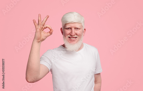 Photo Smiling albino man with OK gesture