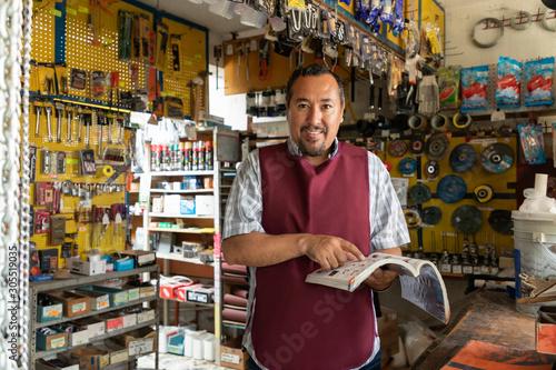 Tableau sur Toile Portrait of mature latin entrepreneur man