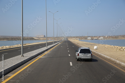 Photo road under a blue sky with focus to the center white line