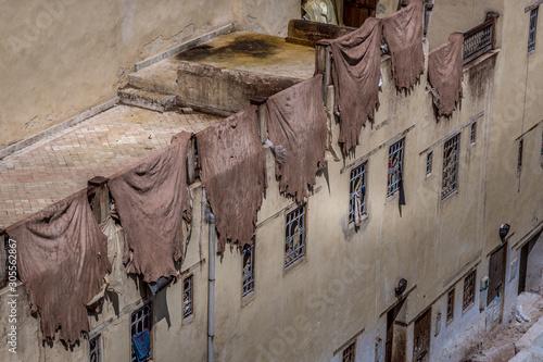 Krajobrazowy widok kolorowe baryłki w garbarni w starym Medina. Suszenie skóry zwierząt na ścianie. Fez, Maroko.