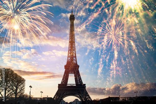 Kolorowe fajerwerki w Paryżu, Wieża Eiffla.