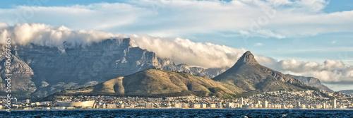 Fototapeta premium Panorama Kapsztadu i góry stołowej, widok z oceanu, RPA