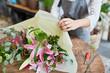 Leinwanddruck Bild - Florist beim Einwickeln von Blumenstrauß in Papier