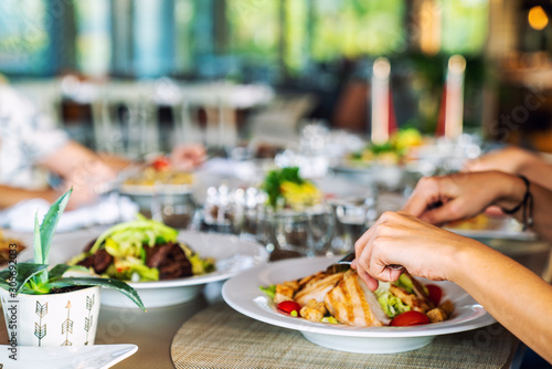 Fotografía  A group of people is dining in a elegance restaurant or hotel