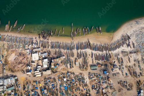widok-z-lotu-ptaka-wioska-rybacka-djiffer-park-narodowy-saloum-delta-joal-fadiout-senegal-afryka-zdjecie-wykonane-przez-drona-z-gory