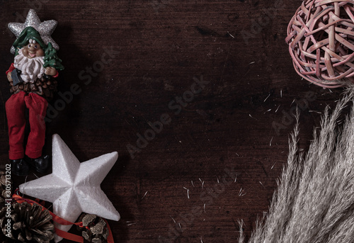 adornos navideños sobre fondo de madera oscura Fototapeta
