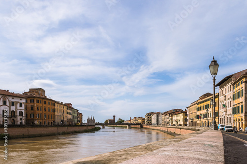 Photo Pisa  urbanscape with Arno River under the blue sky.