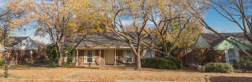 Fotomural Panoramic single story bungalow houses in suburbs of Dallas with bright fall fol