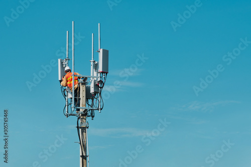 Obraz Technician on telecommunication antenna tower - fototapety do salonu