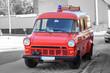 ein altes ehemaliges Feuerwehrauto steht am Straßenrand