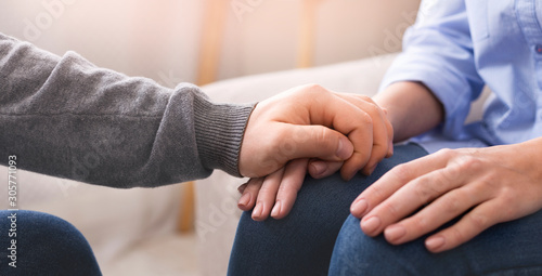 Carta da parati Psychologist consoling his female patient at personal therapy