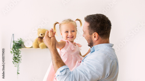 Photo Portrait of daughter dancing with her dad