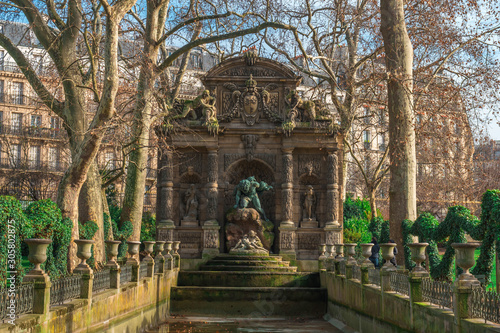Paris Medici fountain (La Fontaine Medicis, 1630) a monumental fountain with sculptures Polyphemus Surprising Acis and Galatea at Luxembourg Gardens Fototapet