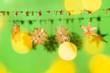 canvas print picture - Traditionelle Strohsterne auf modernem farbigen Hintergrund. Im Vordergrund mit Lichtern und Bokeh, auf dem Hintergrund mit Schlagschatten.