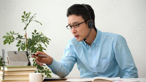 Fotomural オンライン授業を受ける男性