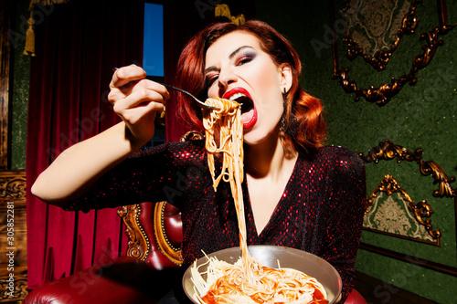 Fotografía gluttony and starvation