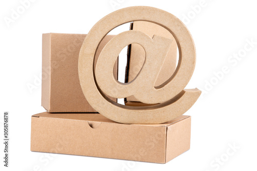 Photo Online shopping ecommerce delivery service concept arobase at sign cardoard brow