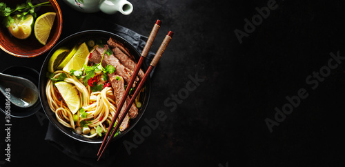 Foto Tasty asian classic soup with noodles and meat