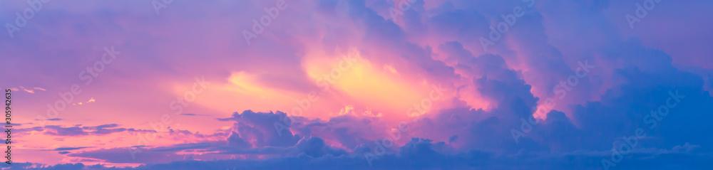 Fantazi kolorowy tło, Złocisty światło słoneczne na niebieskim niebie i poruszające purpury chmurnieją przed zmierzchem <span>plik: #305942635 | autor: paahboobkk</span>