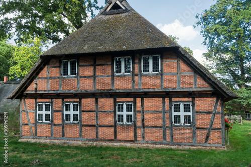 Canvas Print Fachwerk-Reetdachhaus im Heidedorf Wilsede (Ortsteil von Bispringen) im Heidekreis im Naturschutzgebiet Lüneburger Heide in Niedersachsen in Deutschland