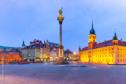 Fototapeta Castle Square with Royal Castle, colorful houses and Sigismund Column in Old town during morning blue hour, Warsaw, Poland. obraz