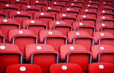 rote Plastiksitze in einer Sportarena