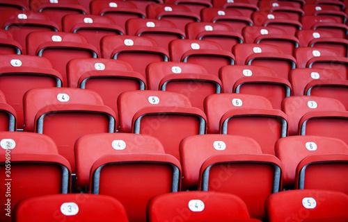 Fototapeta rote Plastiksitze  in einer Sportarena