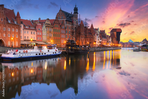 Foto auf AluDibond Schiff Gdansk with beautiful old town over Motlawa river at sunrise, Poland.