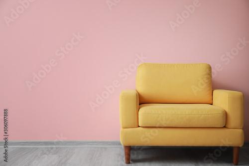 Fotografía  Stylish armchair near color wall