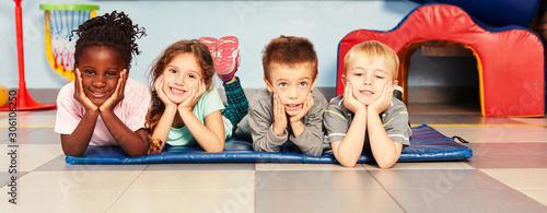 Glückliche Kinder beim Kinderturnen in Sporthalle