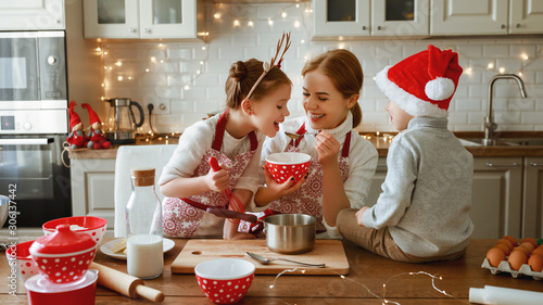 Poster de jardin Akt happy family mother and children bake christmas cookies