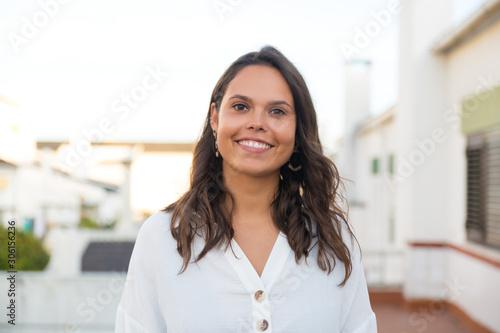 Photo Happy Latin woman posing on apartment balcony or terrace