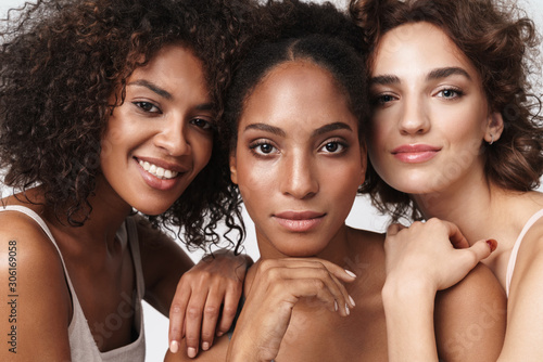 Fotografering Portrait of three brunette multiracial women standing together