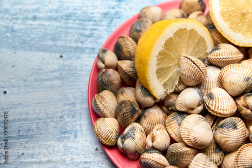 view of fresh cockles on a plate Fototapet