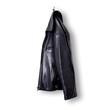 scharze Lederjacke hängt an einem haken isoliert