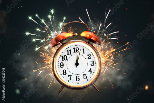 Tela  12 o'clock on a retro clock in front of fireworks