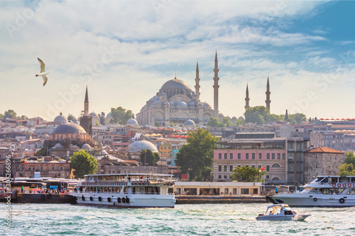 Photo Summer city landscape - view of the promenade of Istanbul and the historical dis