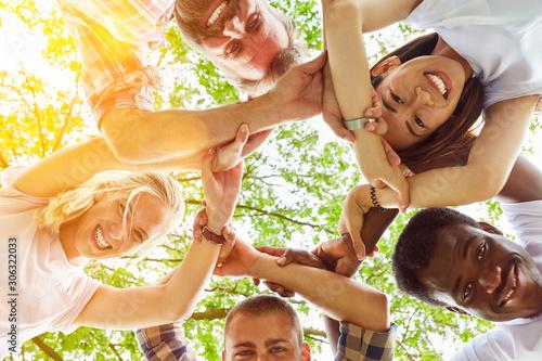 Photo Junge Gemeinschaft hält Hände im Kreis