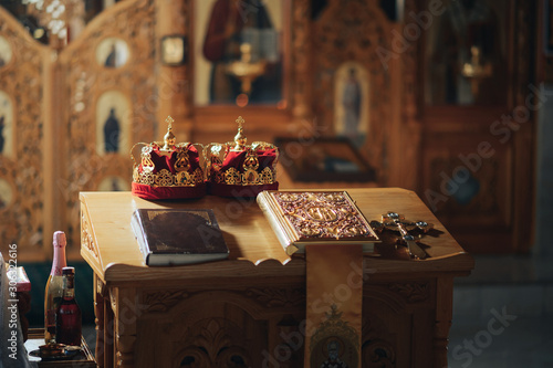 Fotografia Religious items prepared for a wedding ceremony inside a Christian Orthodox chur