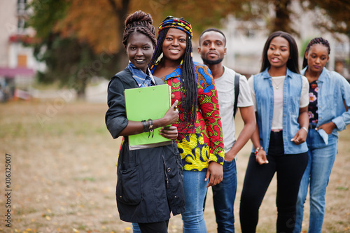 Photo Row of group five african college students spending time together on campus at university yard
