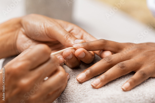Foto Woman getting manicure in spa